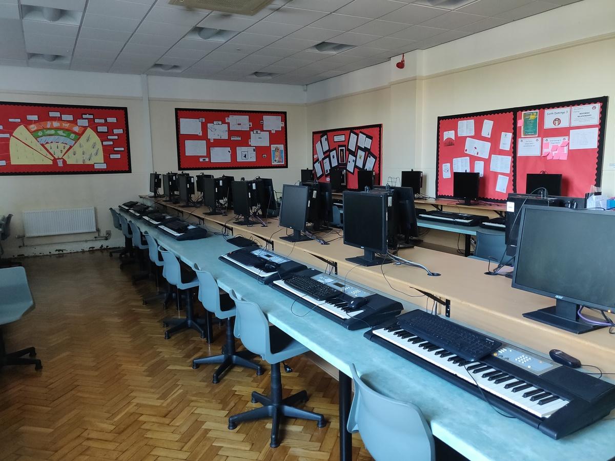 Specialist Classroom - Music Room - SLS @ St Edwards College - Liverpool - 2 - SchoolHire