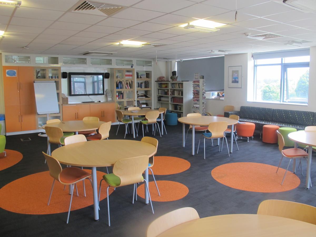 Llyfrgell / Library - Ysgol Gyfun Gymraeg Plasmawr - Cardiff - 1 - SchoolHire