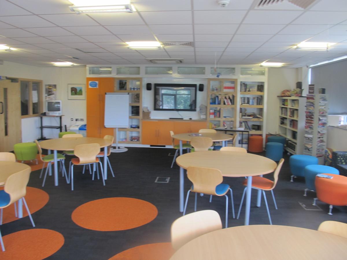 Llyfrgell / Library - Ysgol Gyfun Gymraeg Plasmawr - Cardiff - 3 - SchoolHire