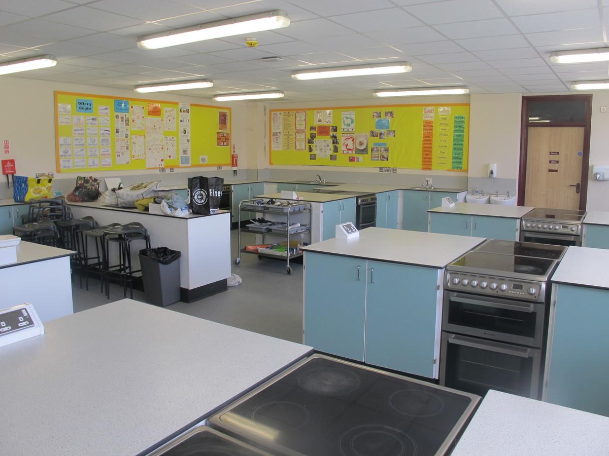 Technoleg Bwyd / Food Tech Room - Ysgol Gyfun Gymraeg Plasmawr - Cardiff - 1 - SchoolHire