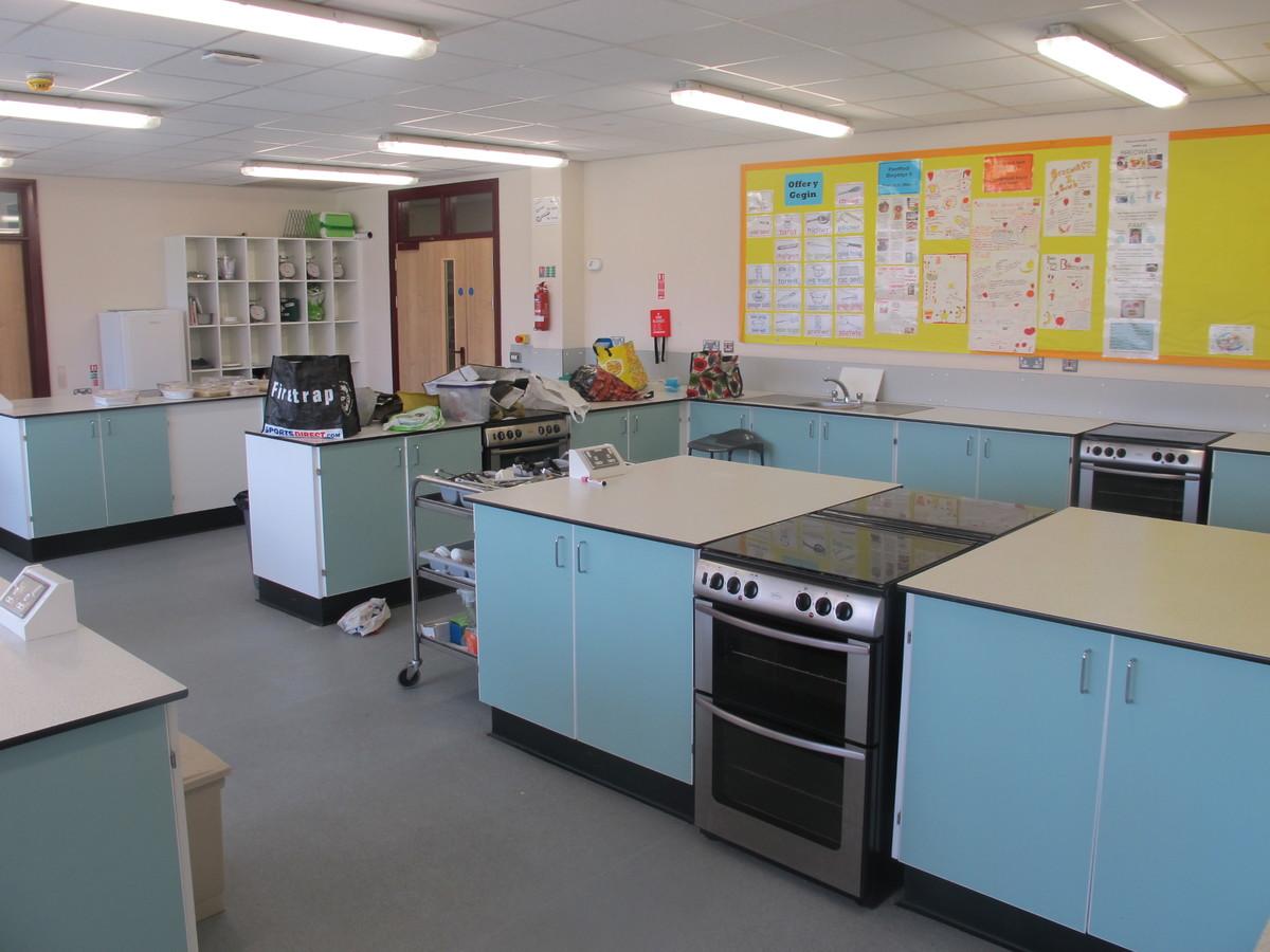 Technoleg Bwyd / Food Tech Room - Ysgol Gyfun Gymraeg Plasmawr - Cardiff - 2 - SchoolHire