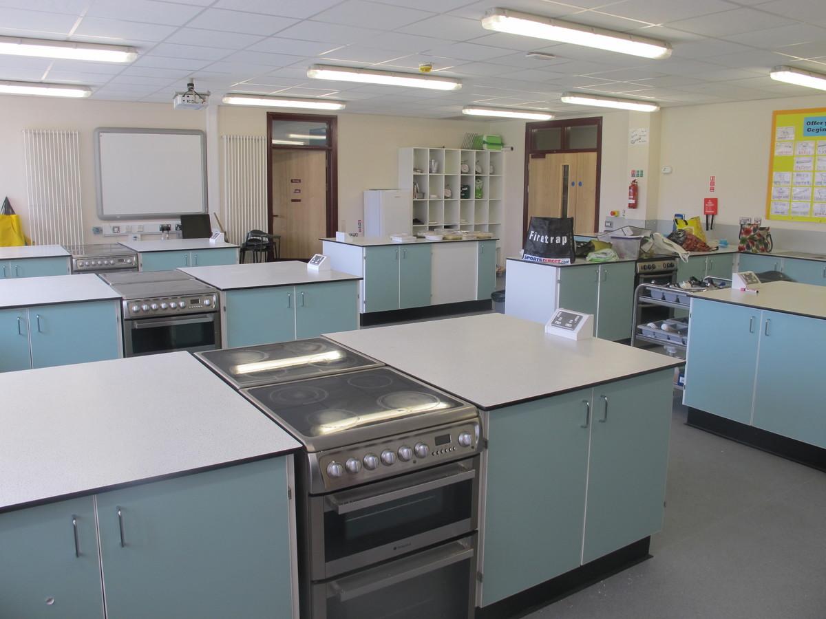 Technoleg Bwyd / Food Tech Room - Ysgol Gyfun Gymraeg Plasmawr - Cardiff - 3 - SchoolHire