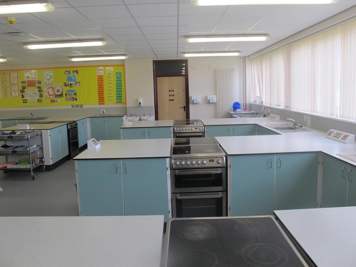 Technoleg Bwyd / Food Tech Room - Ysgol Gyfun Gymraeg Plasmawr - Cardiff - 4 - SchoolHire