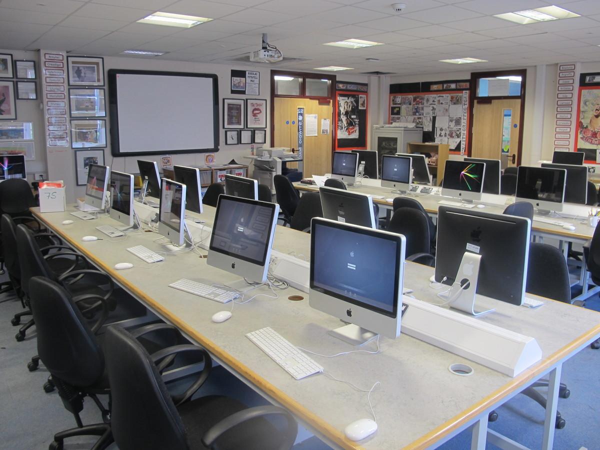 Ystafell Technoleg Gwybodaeth / IT Room - Ysgol Gyfun Gymraeg Plasmawr - Cardiff - 1 - SchoolHire
