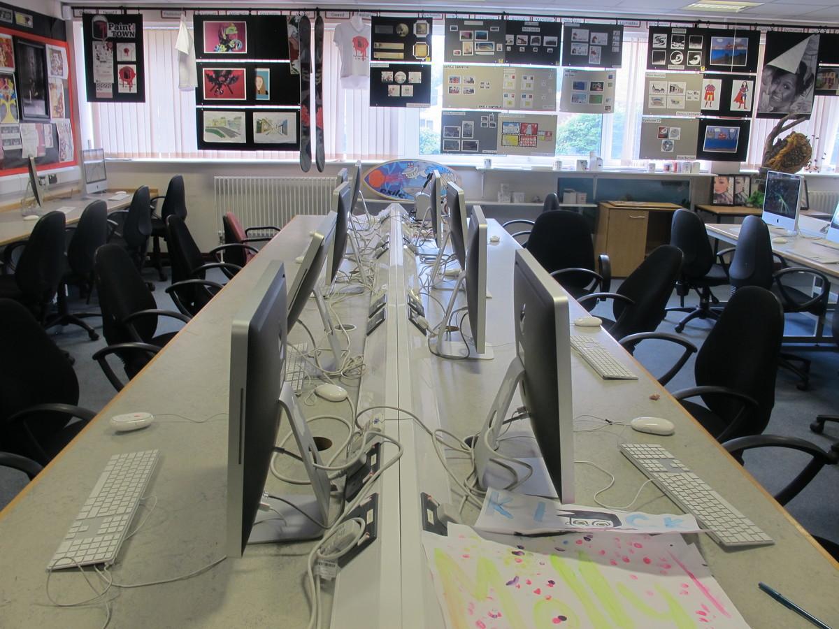 Ystafell Technoleg Gwybodaeth / IT Room - Ysgol Gyfun Gymraeg Plasmawr - Cardiff - 3 - SchoolHire