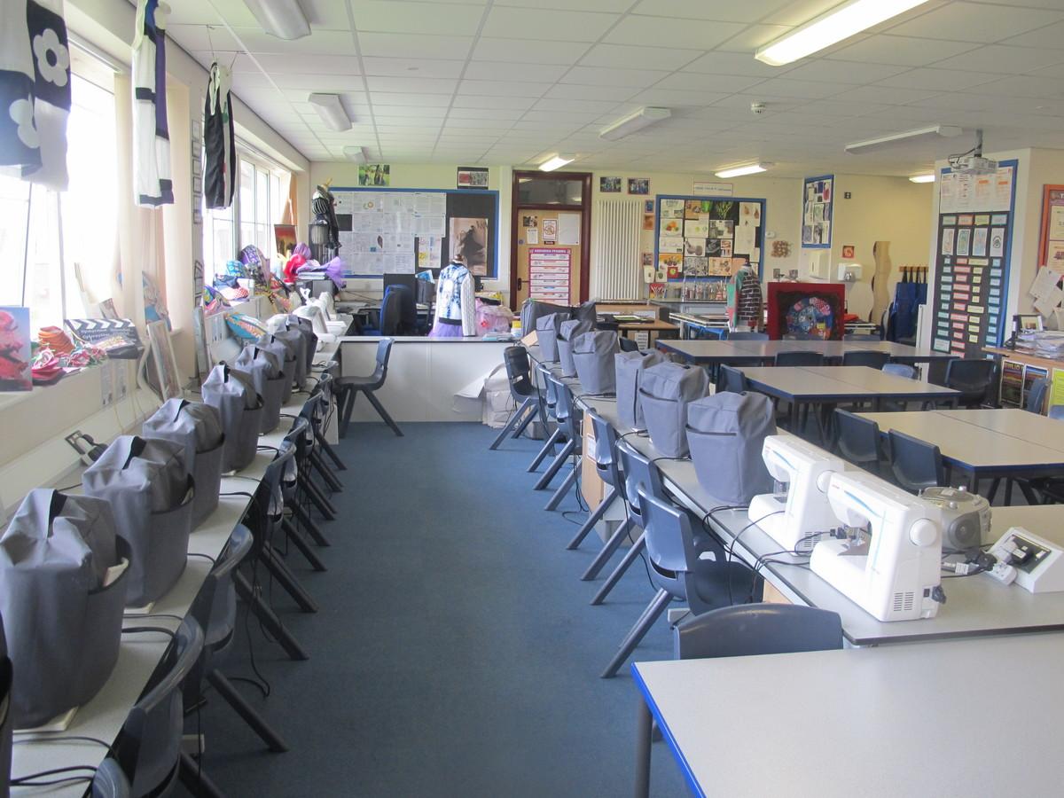 Ystafell Tecstiliau / Sewing Room - Ysgol Gyfun Gymraeg Plasmawr - Cardiff - 1 - SchoolHire