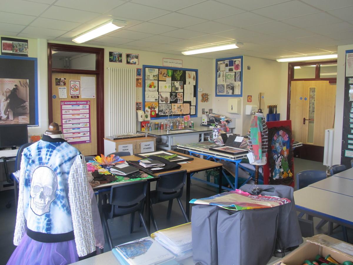 Ystafell Tecstiliau / Sewing Room - Ysgol Gyfun Gymraeg Plasmawr - Cardiff - 4 - SchoolHire