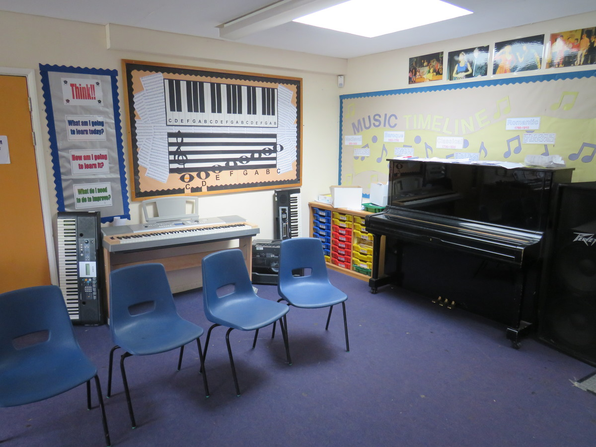 Music Room - Roding Valley High School - Essex - 2 - SchoolHire
