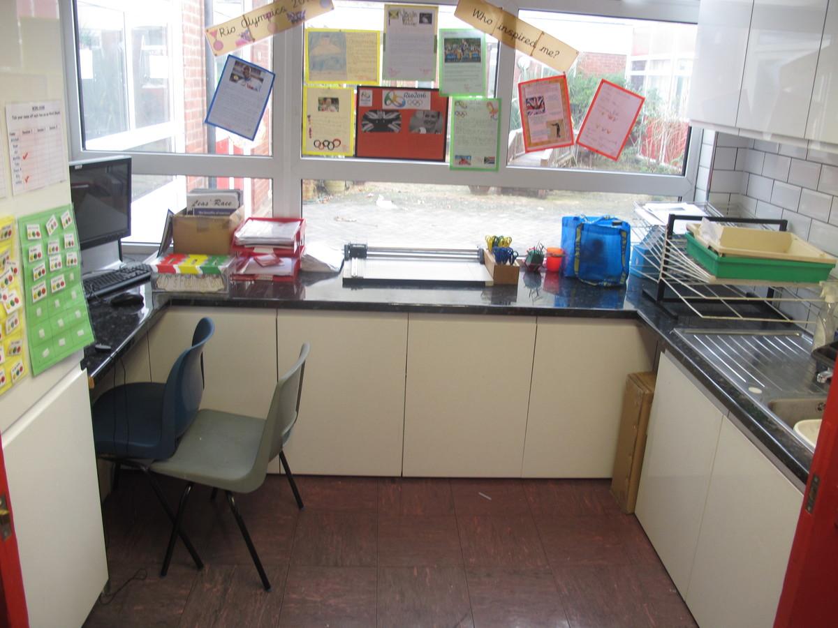 Junior school classrooms - Wallace Fields Junior School - Surrey - 4 - SchoolHire